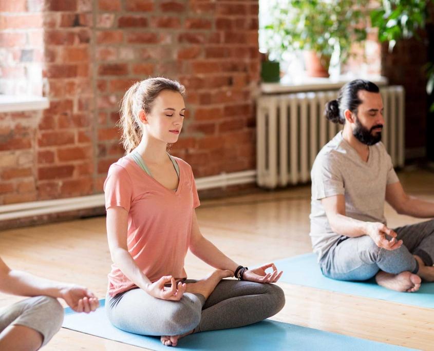 Yoga for Friends – Yoga Privatstunden zusammen mit deinen Freunden unter Anleitung von Sam